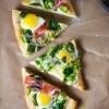 Proljetna pizza sa bobom, šparogama i jajima