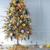 Ako uređujete svoje božićno drvce cvijećem i želite nešto još dodati, a ne znate što, provjerite naš popis od 8 najkreativnijih DIY božićna drvca ikad.
