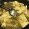 Ravioli punjeni bijelom i crnom čokoladom u preljevu od maka i naranče