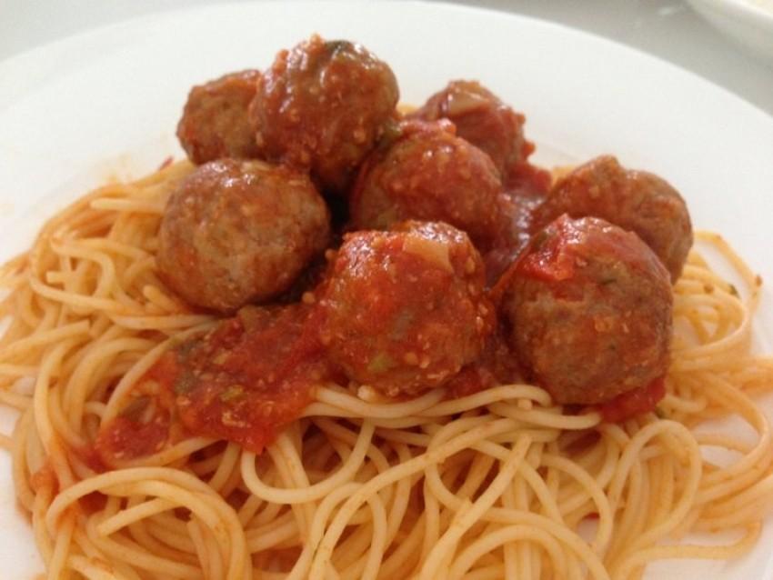 Špageti s mesnim lopticama u umaku od paradajza