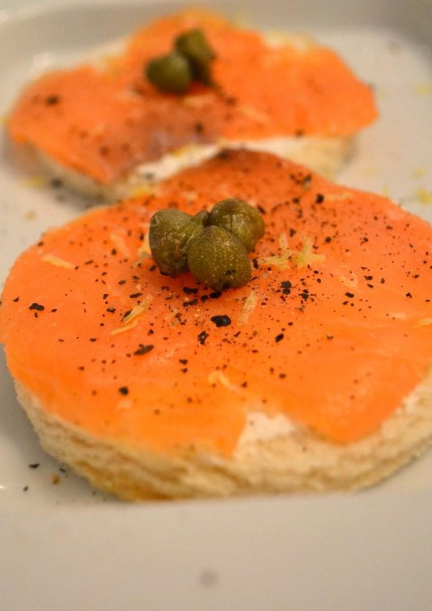 Crostini(prepečeni baquette) s dimljenim lososom