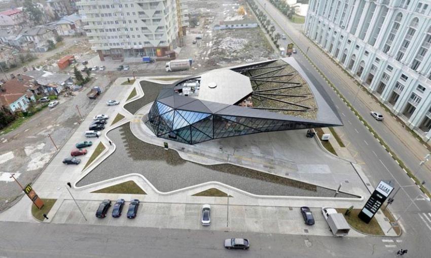 Futuristička arhitektura zgrade McDonalds u Gruziji by američki arhitekt Giorgi Khmaladze