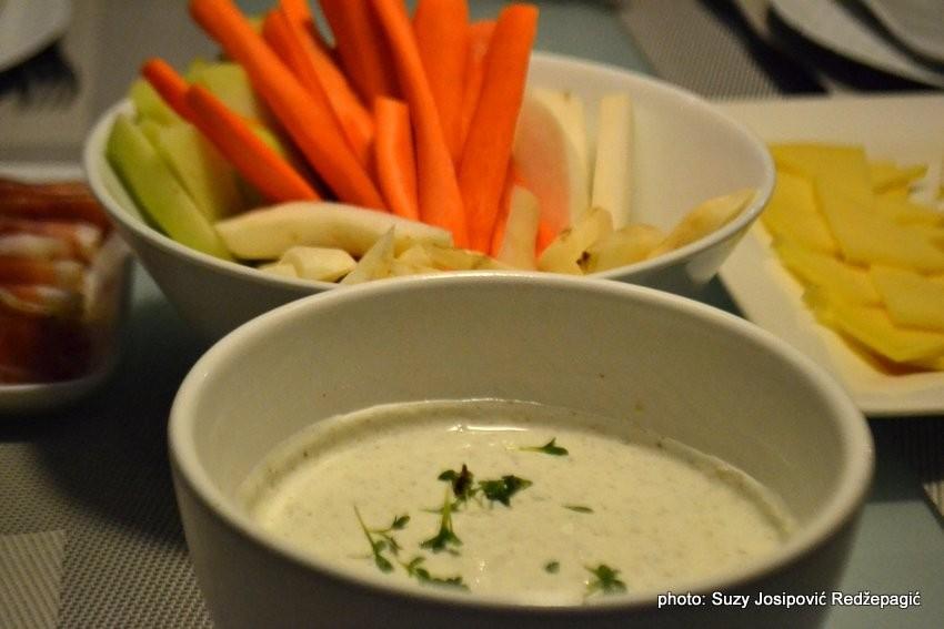 Svježe povrće s umakom od grčkog jogurta