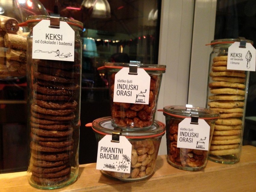Lari&Penati božićni pokloni - keksi i bademi