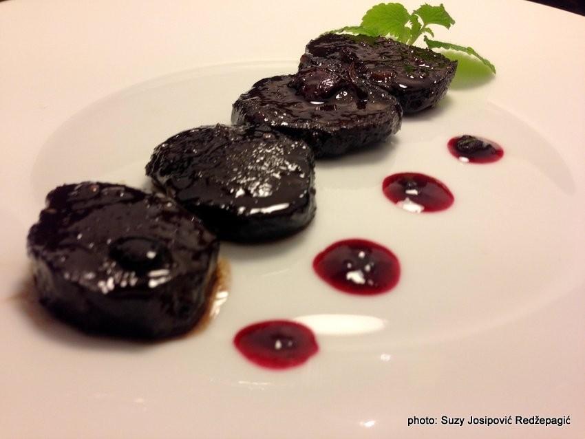 Jelenji medaljoni u umaku od crnog vina