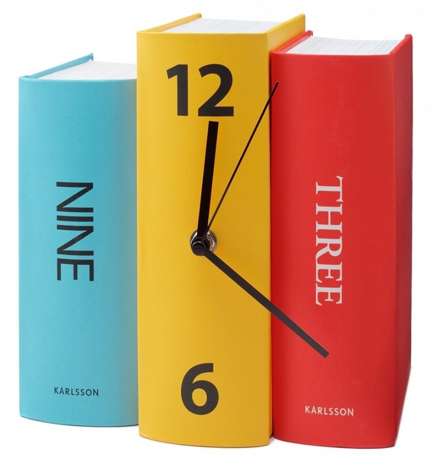 Zidni sat među knjigama