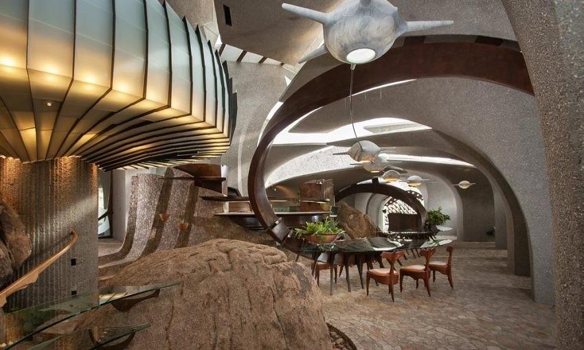 Unutrašnjost kuće je luksuzno uređena i asocira na filmove o Jamesu Bondu