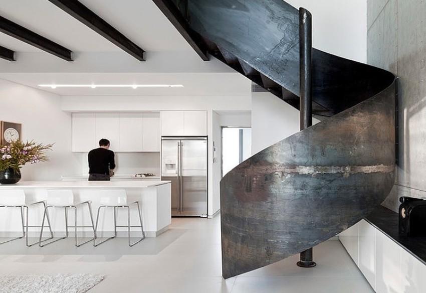 Skulpturalne željezne stube jedan su od najboljih detalja cijelog stana