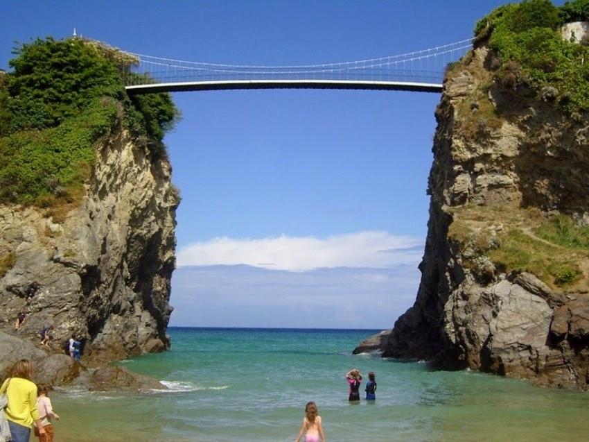 Do otoka i kuće se dolazi 100 metara dugim, visećim mostom