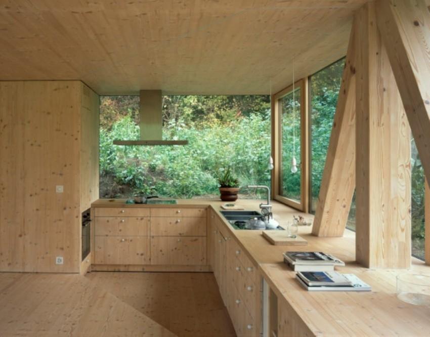 Iz svakog dijela drvene kolibe pruža se prekrasan pogled na prirodno okruženje kuće
