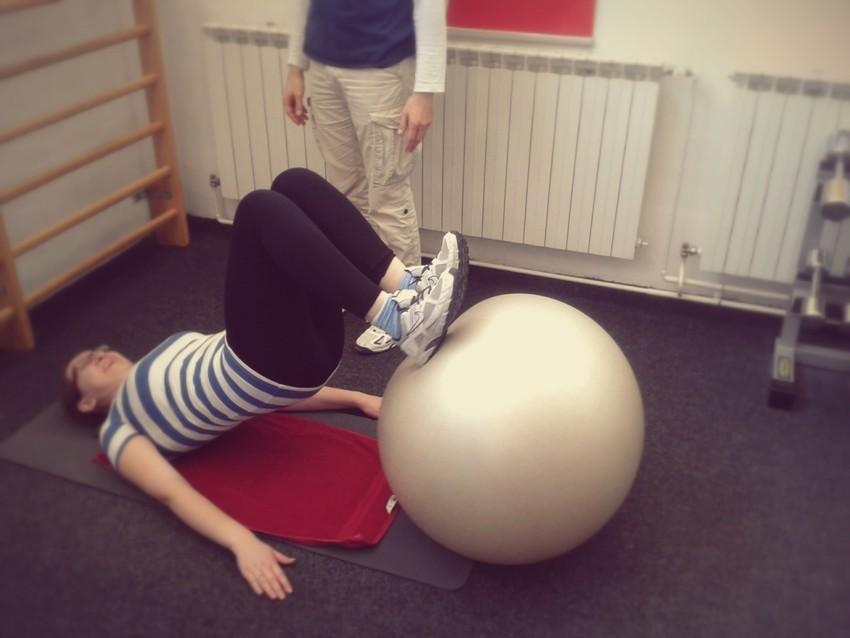 Vježba uz pomoć pilates lopte za stražnju ložu i stražnji dio bedara