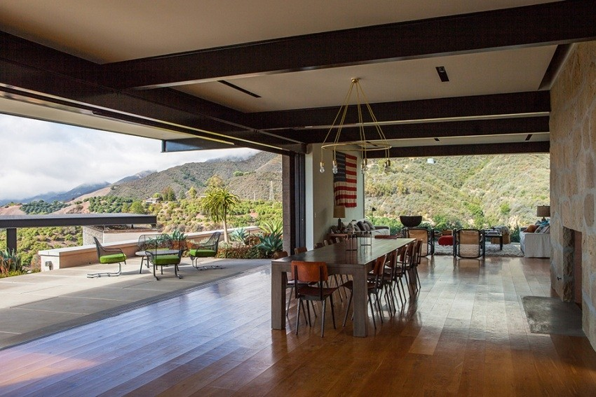 Cilj koji su arhitekti imali je bio što je moguće više uklopiti vilu u postojeći okoliš