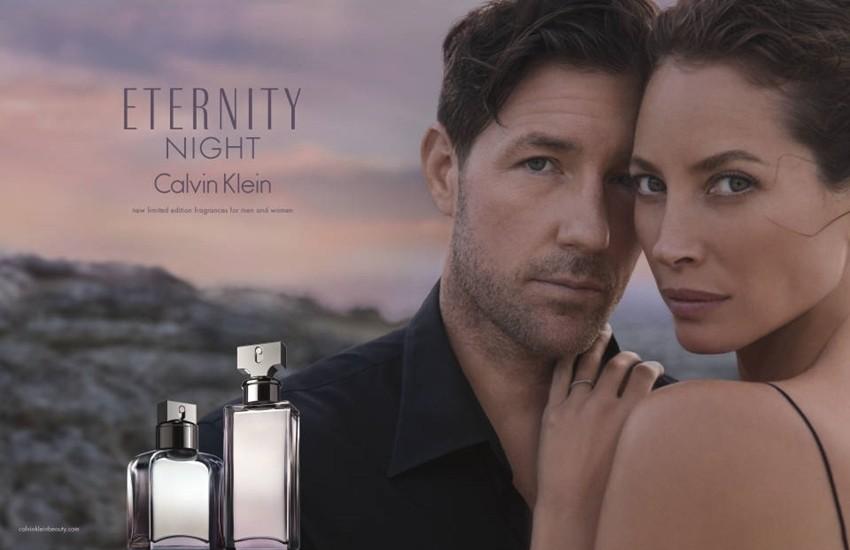 Muž i žena u seksi reklami Calvina Kleina