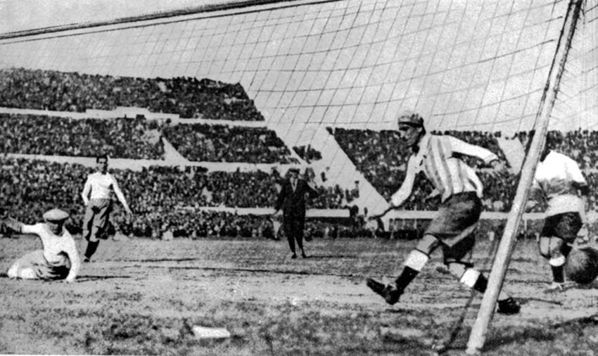 Prvi gol Urugvaja u Svjetskom kupu protiv Argentine u Montevideu 30.6.1930.