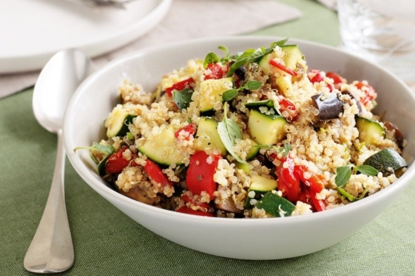 Proljetna povrtna salata s kvinojom