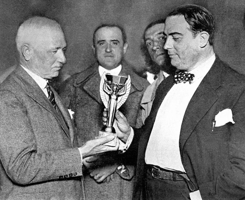 Jules Rimet predaje World Cup trofej  Dr. Raulu Judeu, predsjedniku Urugvajske reprezentacije 5.7.1930 u Montevideu.