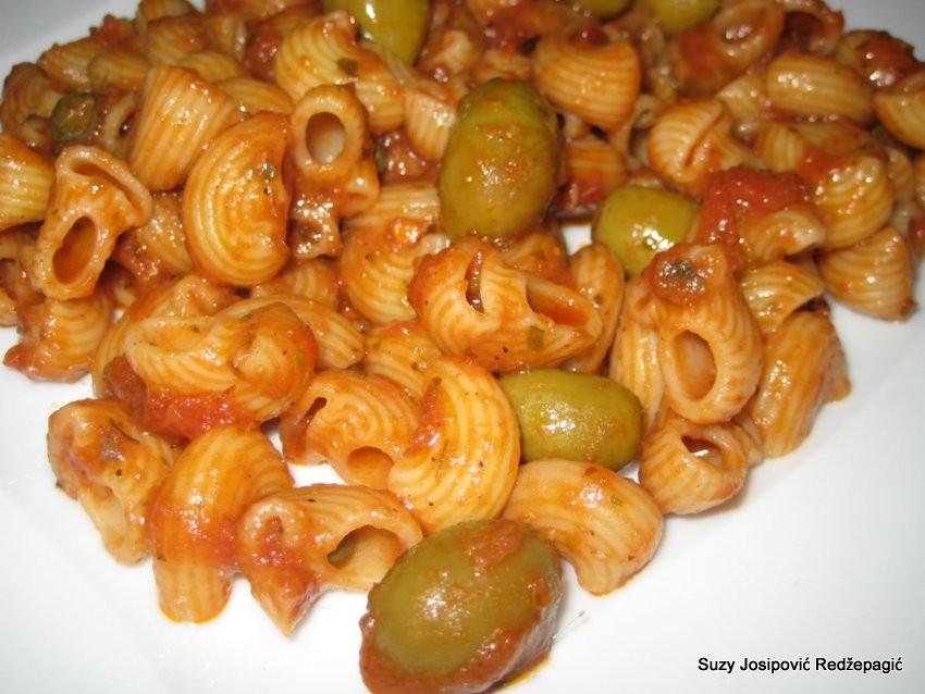 Tjestenina puttanesca (s inćunima, maslinama i kaparima)