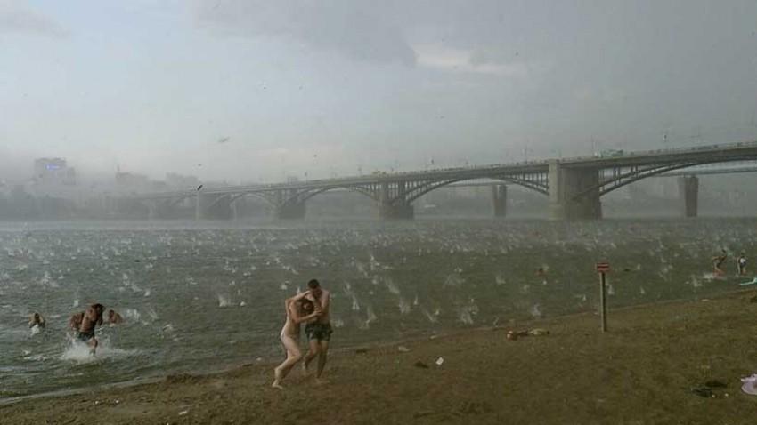 Fotografija Nikite Dudnik – Novosibirsk, Rusija –  12. srpnja, 2014 (tuča usred ljeta opasna po život)