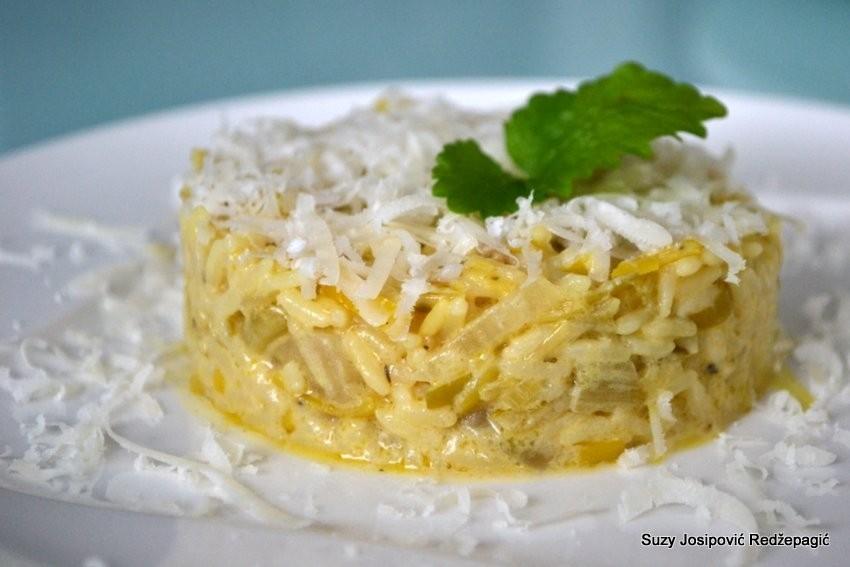 Zeleni rižoto s porilukom, celerom, komoračem i limunom