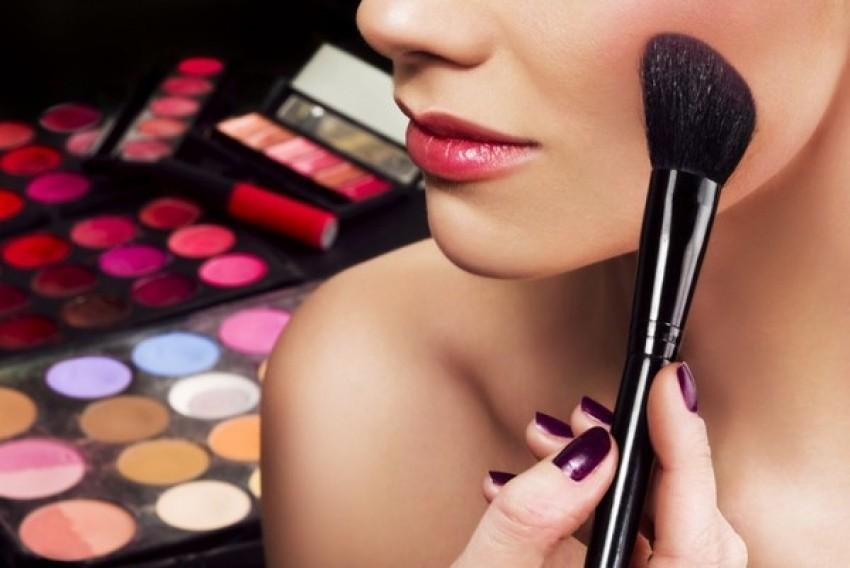 16 problema koje imaju djevojke koje se jako vole šminkati
