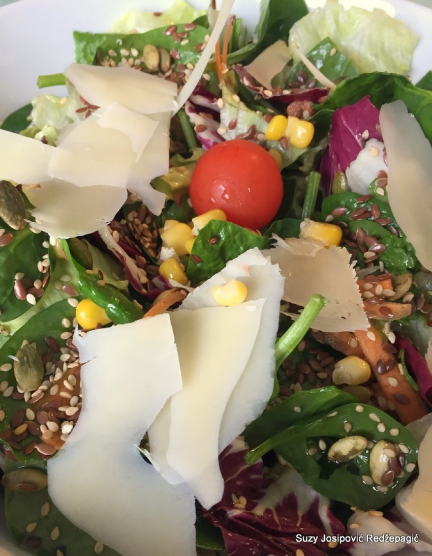 Salata sa sirom i sjemenkama