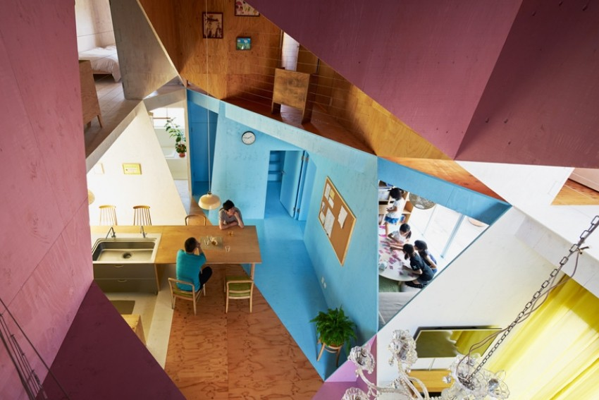 Asimetrični šareni dizajn interijera obiteljske kuće