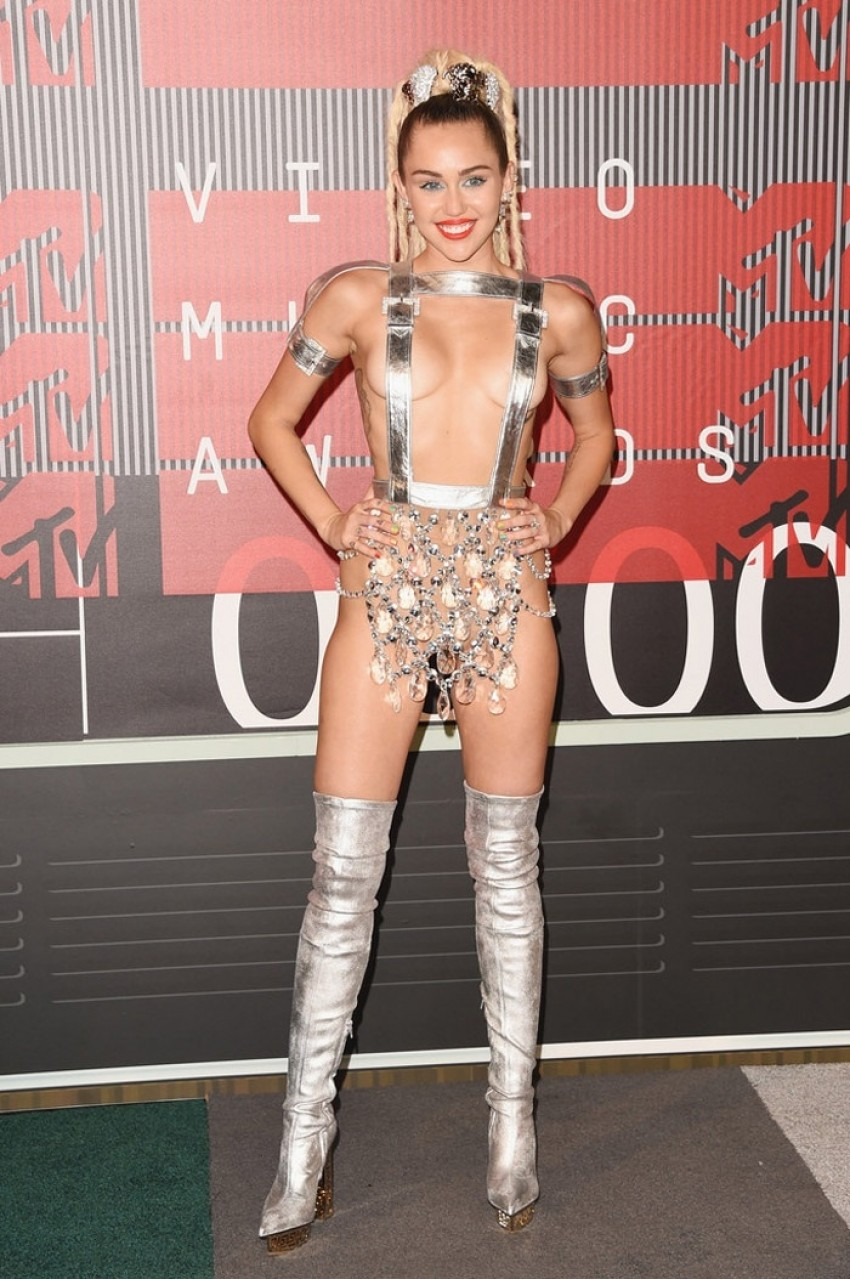Miley Cyrus u unikatnom Versace komadu i čizmama