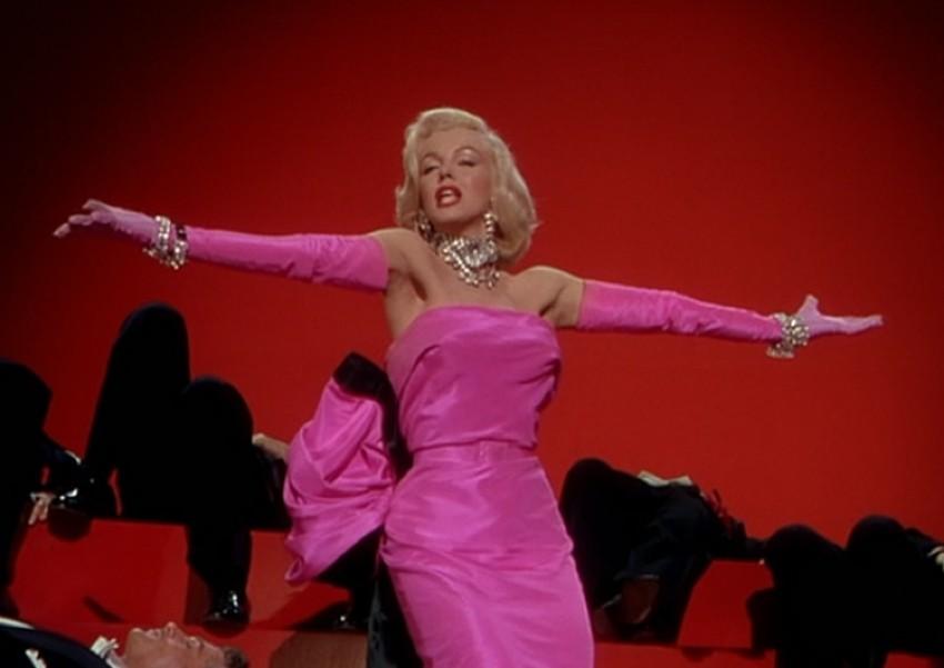 Marilyn Monroe nosi rozu haljinu u 'Gentlemen Prefer Blondes' iz 1953.