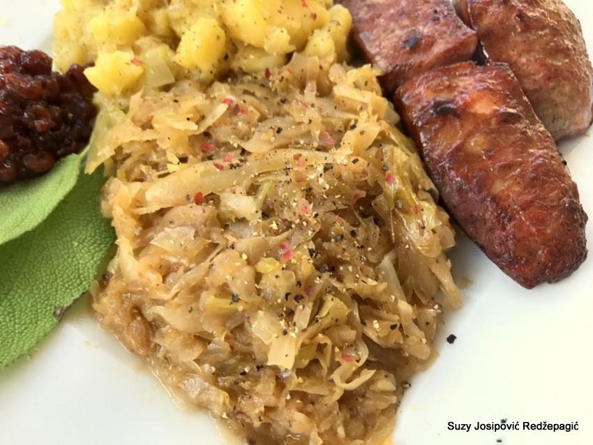 Kiselo zelje i restani krumpir s domaćim kobasicama