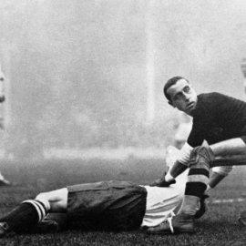 Talijanski golman  Carlo Ceresoli pomaže engleskom igraču koji je ozlijeđen između utakmice Engleske i Italije u Londonu 14.11.1934