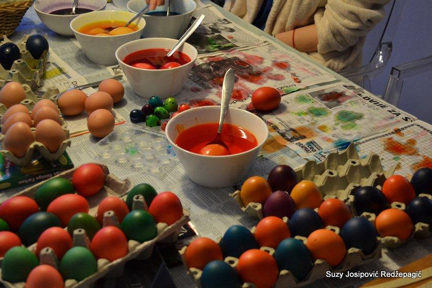 Uskrsno farbanje jaja
