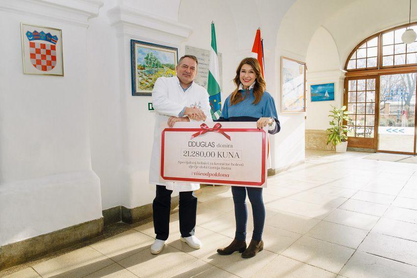 Ravnatelj bolnice Renato Mittermayer s Adrijanom Bokan iz Douglas parfumerije