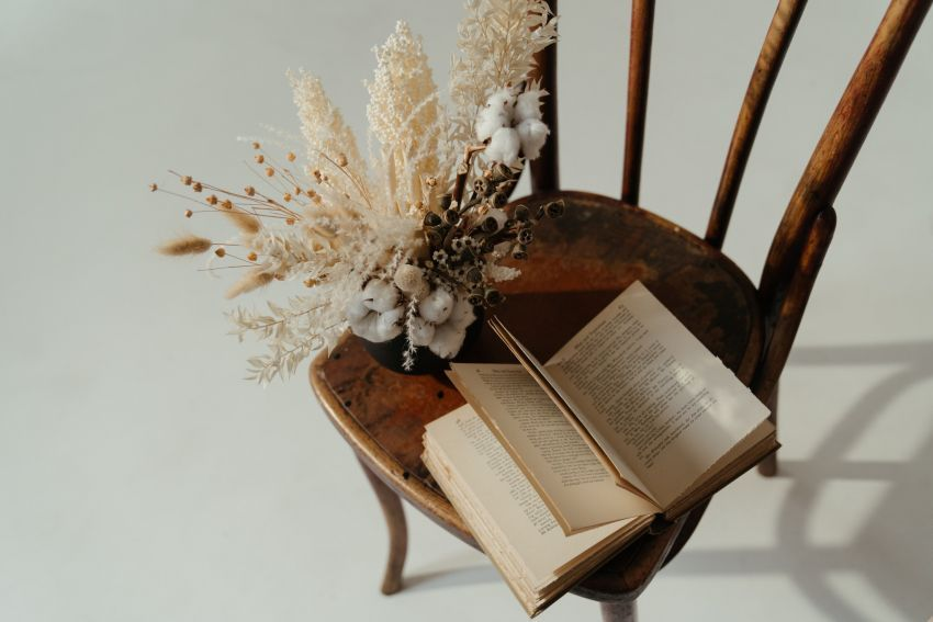 knjiga na stolici