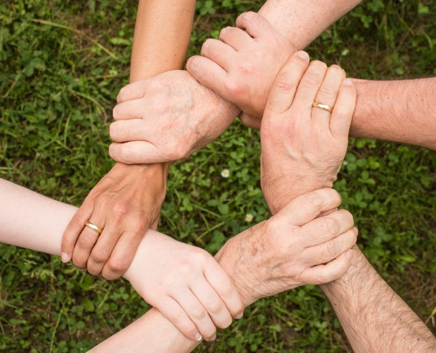 zajedno- držanje ruku